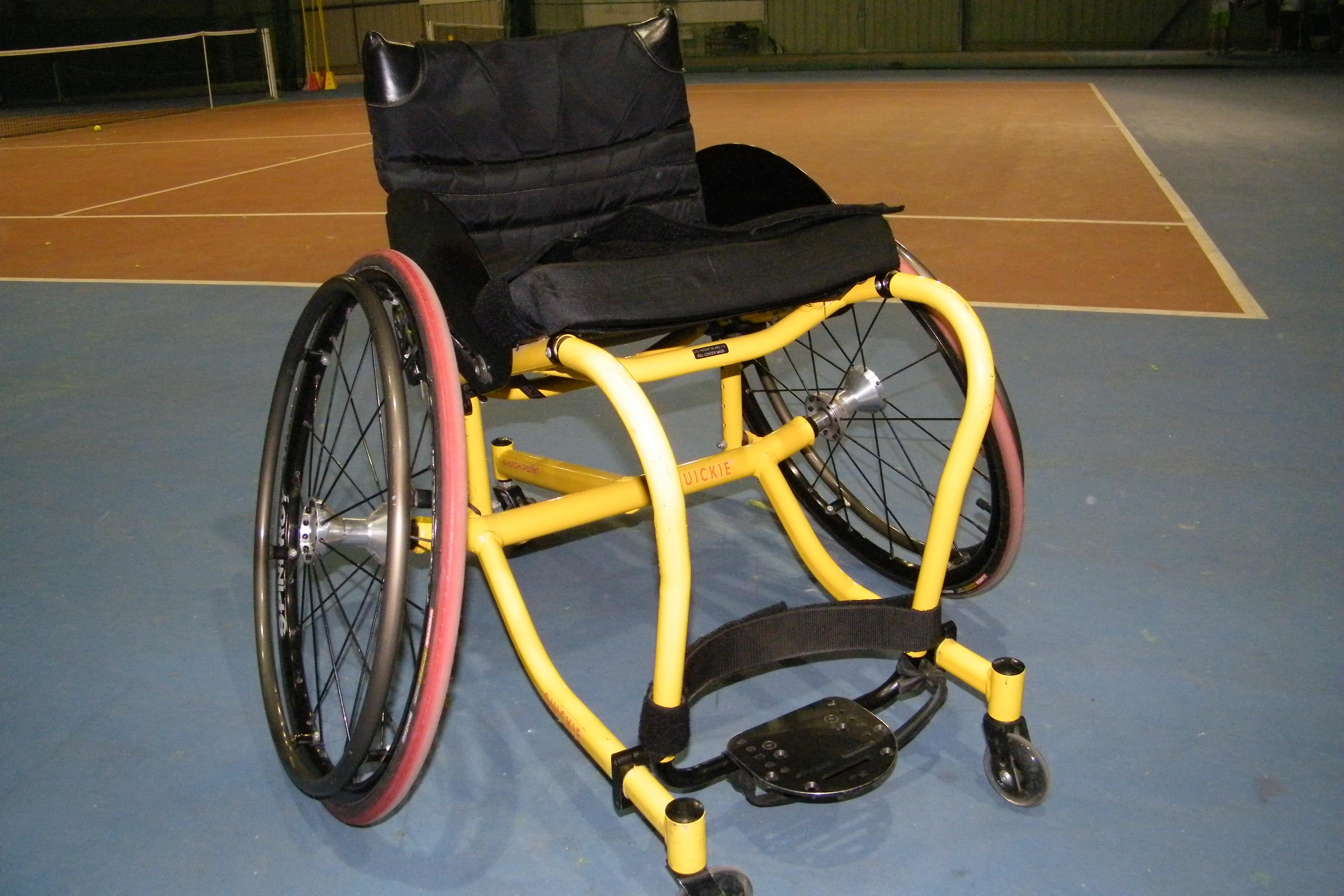 le tennis en fauteuil roulant pr sentation handicap et mat riel tennis attitude. Black Bedroom Furniture Sets. Home Design Ideas