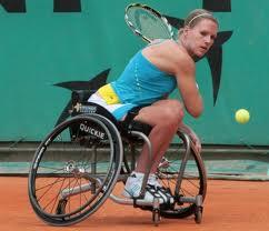 Fille en tennis fauteuil